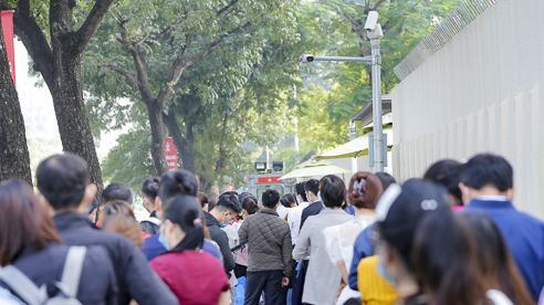 Dòng người xếp hàng dài xin visa đi Nhật