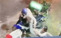 Clip: 'Chị ơi cho em hỏi thăm' và pha cướp điện thoại chớp nhoáng khiến nạn nhân điếng người