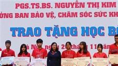 PGS.TS Nguyễn Thị Kim Tiến bỏ tiền túi trao học bổng cho sinh viên trường Y