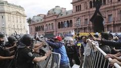 Bạo loạn xảy ra ở đám tang Maradona: Cảnh sát dùng đạn cao su trấn áp đám đông quá khích