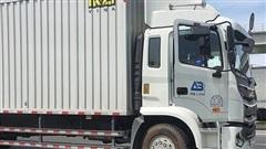 Ô tô tải ôm cua cán nát xe máy, cô gái gãy chân đau đớn la hét kêu cứu