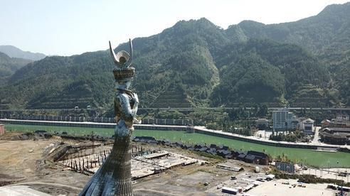 TQ tranh cãi nảy lửa về bức tượng khổng lồ mọc lên ở vùng sâu: Dân chê lãng phí, quan chức nói có lợi