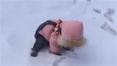 Thấy đứa trẻ vùi đầu trong tuyết, chị gái hốt hoảng tới giúp đỡ và cái kết 'tan vỡ' khi nó ngẩng mặt lên