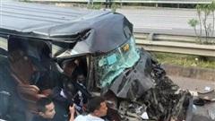Xe khách tông vào ô tô đầu kéo, 8 người nhập viện cấp cứu