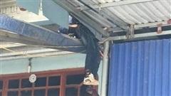 Thái Nguyên: Ô tô va chạm kinh hoàng với xe máy, 1 người bị hất văng lên mái nhà