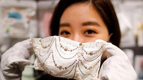 Chiếc khẩu trang đính kim cương, ngọc trai có giá 10.000 USD tại Nhật Bản