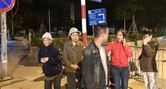 Người dân quanh phố Cửa Bắc di dời ngay trong đêm để xử lý bom