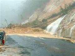 Mưa lớn gây sạt lở, tuyến đường Nha Trang đi Đà Lạt bị tê liệt
