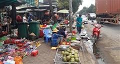 Tiểu thương lấn đường buôn bán do bị mất sạp chợ