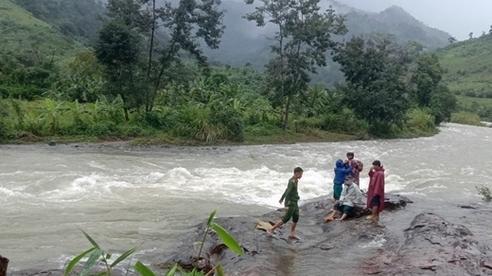 36 du khách và 9 người bản địa mắc kẹt trên núi ở Khánh Hòa