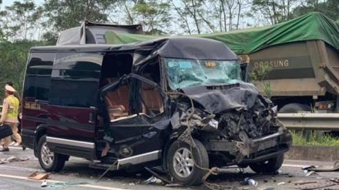 Xe Limousine tông ô tô đầu kéo trên cao tốc: Nữ cán bộ Tỉnh ủy Yên Bái tử vong