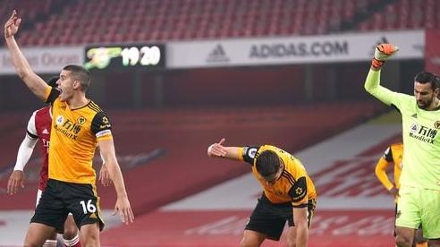 Cầu thủ Ngoại hạng Anh nứt hộp sọ sau pha đấu đầu kinh hoàng