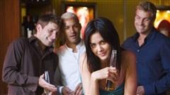 5 người đàn ông 'dùng' chung tiếp viên rượu và cái kết không thể phũ hơn