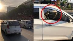 Chiếc ô tô khiến cả phố hoang mang, lo sợ, nguyên nhân nằm ở hành động của nữ tài xế