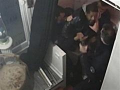 Pháp: Tiếp tục tạm giữ 2 cảnh sát ở vụ đối xử thô bạo với người da màu