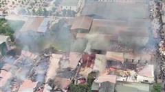 Hà Nội: Nhiều xưởng nội thất tại xã Hữu Bằng bốc cháy dữ dội