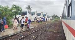 Chuyển tải 1.236 hành khách do mưa lũ ngập tràn đường sắt