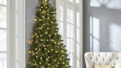 Bạn có thể mua 'một nửa cây thông' để tiết kiệm diện tích khi trang trí
