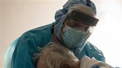 Cụ ông nhiễm COVID-19 gục khóc trong vòng tay bác sĩ: 'Tôi muốn ở bên vợ tôi'