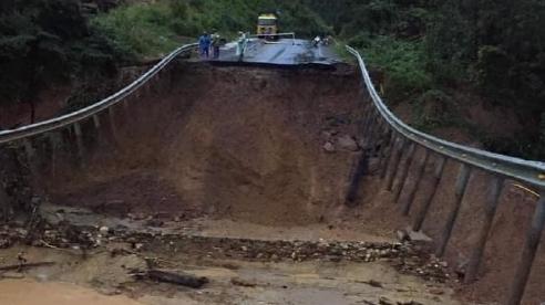 Hình ảnh lũ cuốn đứt đôi quốc lộ 26 ở Đắk Lắk, giao thông chia cắt