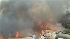 10 xưởng gỗ ở Hà Nội bốc cháy dữ dội, nhiều tài sản bị thiêu rụi