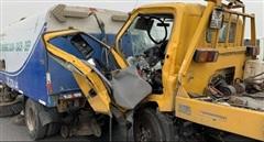 Xe cứu hộ tông xe hút bụi trên cầu Nhật Tân, tài xế tử vong