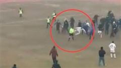 Bị cầu thủ song phi thẳng ngực, trọng tài hoảng sợ chạy khỏi sân