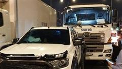 8 ô tô tông liên hoàn trên cầu vượt ở Sài Gòn, tài xế xe tải gãy chân kẹt trong cabin gào thét kêu cứu