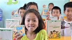 Vinasoy hỗ trợ hơn 3 tỷ đồng quà tặng cho học sinh vùng bão lũ tới trường