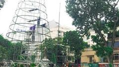 Những cây thông Noel khổng lồ chuẩn bị 'đổ bộ' đường phố Hà Nội dịp Giáng sinh