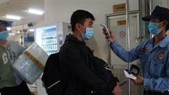 Khách đông bất ngờ, bảo vệ bến xe mỏi tay đo thân nhiệt phòng dịch Covid-19