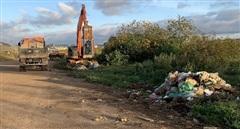 Dọn sạch rác ở đường băng sân bay Cam Ly Đà Lạt