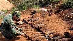 Đào móng xây nhà, người dân tá hỏa phát hiện gần 1 tấn bom mìn, đạn pháo