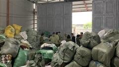 Tạm giữ 28,3 tấn quần áo 'sida' chuẩn bị bán trên Facebook