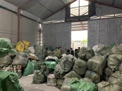 Quảng Ninh tạm giữ lô hàng khủng 28,3 tấn ''quần áo cũ' nghi nhập lậu