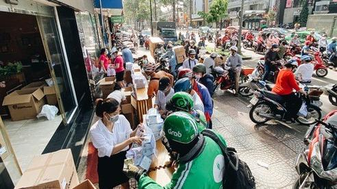 Người Sài Gòn đổ xô đi mua khẩu trang 25.000 đồng/hộp, nhiều công ty mua cả thùng để tặng nhân viên