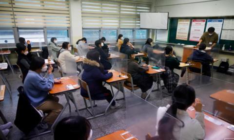 Học sinh Hàn Quốc thi đại học sau tấm chắn nhựa ngăn Covid-19