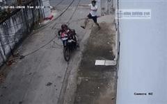 Clip: Chủ nhà lao ra đạp tên trộm ngã sóng soài, luống cuống tìm đường bỏ chạy