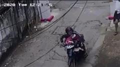 Video: Lẻn vào khu trọ trộm đồ phụ nữ, tên biến thái nhận cái kết 'bay người'