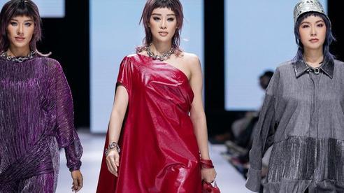 Hoa hậu Việt Nam và Hoa hậu Hoàn Vũ 'so kè' nhan sắc trên sàn catwalk