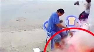 Clip: Nổ lớn khi đang nướng thịt trên hè phố, ai nấy thất kinh