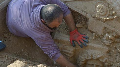 Theo dõi tội phạm, phát hiện mộ cổ 2.300 năm và 'kho báu' gây choáng váng