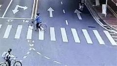 Trung Quốc: Kinh hoàng khoảnh khắc xe ô tô lao trực diện vào cô bé học sinh đang qua đường
