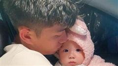 Phan Văn Đức bịn rịn bên con gái trước ngày lên tuyển, vợ an ủi: 'Mẹ con ra ngay với bố mà'
