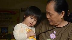 Thương bé gái 2 tuổi mồ côi cha mẹ, bơ vơ bên bà nội già yếu