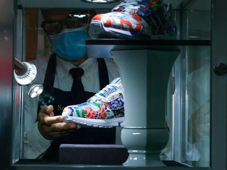 Chiêm ngưỡng 'đôi giày gốm sứ' được đấu giá triệu đô