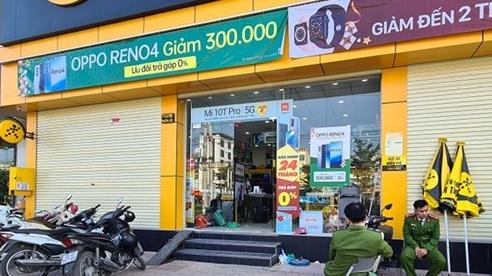 Kẻ lạ mặt xông vào đâm bảo vệ cửa hàng thế giới di động trọng thương, cướp nhiều điện thoại