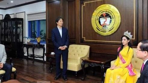 Hiệu trưởng Trường ĐH Kinh tế quốc dân Hà Nội nói gì về bức ảnh 'chắp tay báo cáo hoa hậu'?