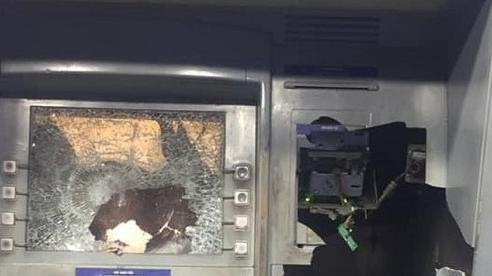 Rút tiền bị 'nuốt thẻ', người đàn ông vác búa đập phá cây ATM