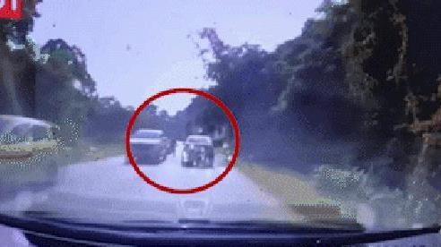 CLIP: Thanh niên đâm nát đầu ô tô chỉ trong 3 giây, tài xế bất lực, chỉ kịp thốt lên 'xong rồi'